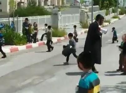 ילדים חרדים מנקים את השכונה בטבריה