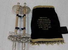 המעיל ועצי החיים של הספר התורה העתיק