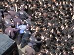 משטרה וחסידים בבורו פארק