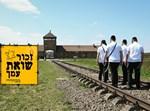 צעירים חרדים צועדים על פסי הרכבת לעבר אושוויץ