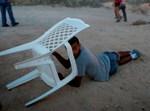 אזרח מתגונן באמצעות כסא. אילוסטרציה
