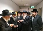 הרבנים בטקס קביעת המזוזה