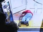 הזקן מוטל על פניו לאחר שהופל מן האוטובוס