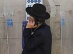 אברך חרדי משוחח בטלפון. (אינו קשור לנכתב)