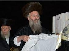 רבי ישראל רבינוביץ בהכנת המדורה