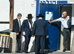 הרב פינטו בפתח בית הכלא. צילום: פלאש 90
