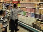 ילדים חרדים מול מקרר מוצרי חלב