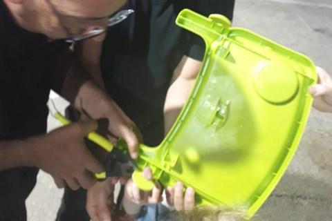 חילוץ אצבעה של ילדה ממגש כסא אוכל
