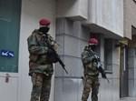 חיילים בלגיים מגנים על מוסדות יהודיים