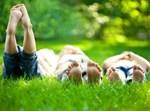ילדים שוכבים על דשא