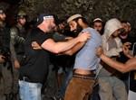 """פעילי להב""""ה מפגינים בכניסה לכפר דיר קדיס"""