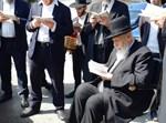 """חכם שלום כהן בעלייה לקברה של הרבנית ע""""ה"""