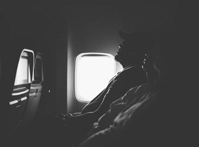 ישנים בטיסה. אילוסטרציה