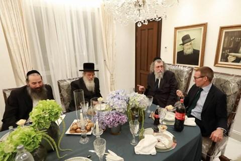 מפגש השגריר הבריטי אצל הרב יצחק שפירא
