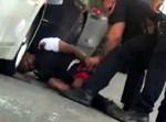 שוטרים יורים בחמוש באמצע הרחוב מטווח אפס