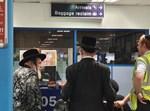 הרבי מויז'ניץ בביקורת דרכונים באנגליה