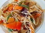חזה עוף מוקפץ עם ירקות על אטריות אורז