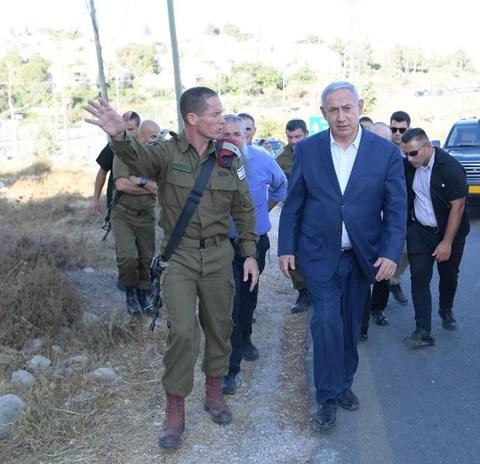 ראש הממשלה בזירת הפיגוע בגוש עציון