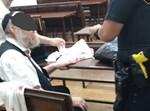 קשיש שהותקף מתושאל על ידי שוטר