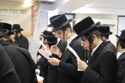 חלוקת פרסים בישיבת תורת שלמה זוועהיל