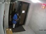 שודד אוחז מצ'טה בכניסה לבניין בקראון הייטס