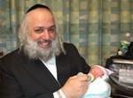הרב משה אהרן פילאפ עם בנו הקטן