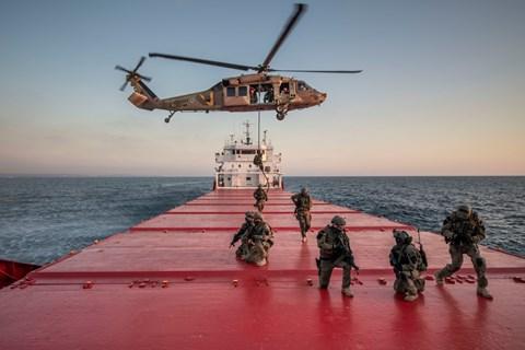 """שייטת 13 וצבא ארה""""ב משתלטים על ספינת אויב"""