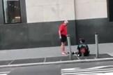 מעניק את נעליו להומלס