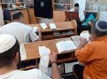 """אסירים דתיים וחרדים בסיום קורס סת""""ם"""