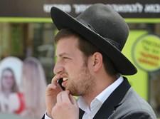 חרדי משוחח בפלאפון