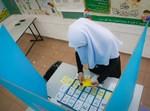 אשה מוסלמית מצביעה בקלפי. אילוסטרציה