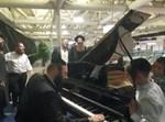 נחמן גולדמן על פסנתר כנף