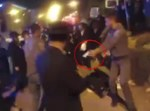 שוטר מכווין נשק למפגין. סרטון ערוץ 2