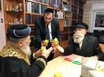 """הרב יעקב גלויברמן מביא אתרוגי כפר חב""""ד לראש""""ל"""