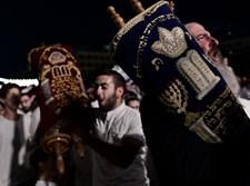 יהודים שמחים בהקפות שניות