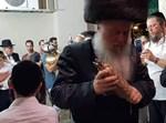 הרבי מוואסלוי בריקוד עם ספר התורה הזעיר