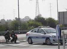 שוטרים תופסים מחסה