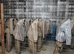 בגדי אסירים במוזיאון אושוויץ