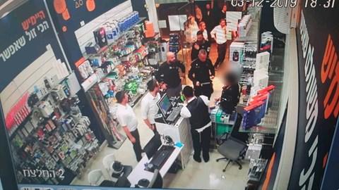 מעצר אשה שרכשה עם כרטיס אשראי גנוב
