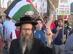 איש נטורי קרתא מפגין בעד הפלסטינים