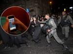 אייפון על רקע הפגנה. אילוסטרציה