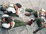 חייל קורא עיתון. אילוסטרציה