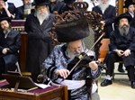 הרבי מפרמישלאן מנגן בכינור לאחר ההדלקה
