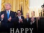 טראמפ לצד נרות חנוכה בבית הלבן