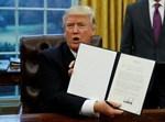 טראמפ מחזיק את הצו הנשיאותי, היום (רויטרס)