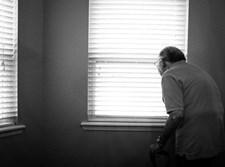 קשישי משקיף מביתו