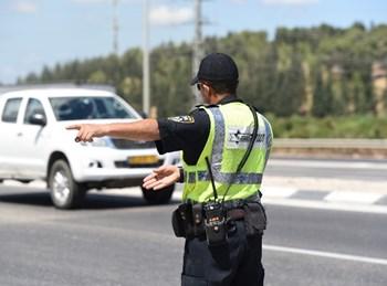 שוטר תנועה עוצר רכבים