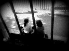 מורה ותלמידה בגינת משחקים