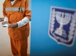 אסיר מצביע בבחירות. צילום: פלאש 90