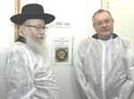 ליצמן ופרופ' הרשקוביץ במעבדה המרכזית